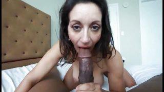 Une femme mature donne une fellation